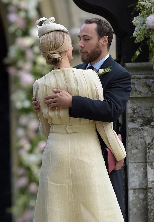 James Middleton se na svatbě své sestry Pippy tulil k pohledné přítelkyni.