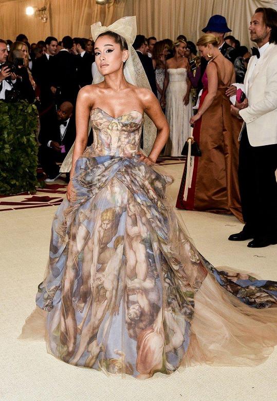 Na Met Gala přišla Ariana Grande bez doprovodu.