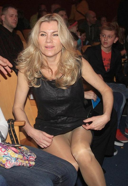 Leona Machálková si oblékla příliš krátké šatičky.