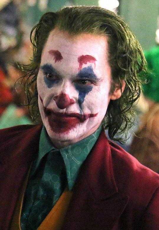 Joaquin Phoenix se s rolí Jokera popere v kinech už příští rok.