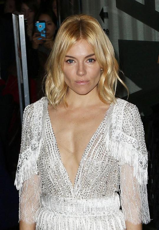 Takové šaty si herečka nemůže dovolit.