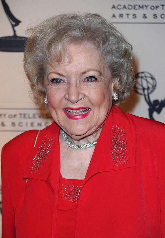Fanoušci apelovali, že legendární herečku je nutné v pandemii za všech okolností ochránit. White se izolovala ve svém domě v Kalifornii.