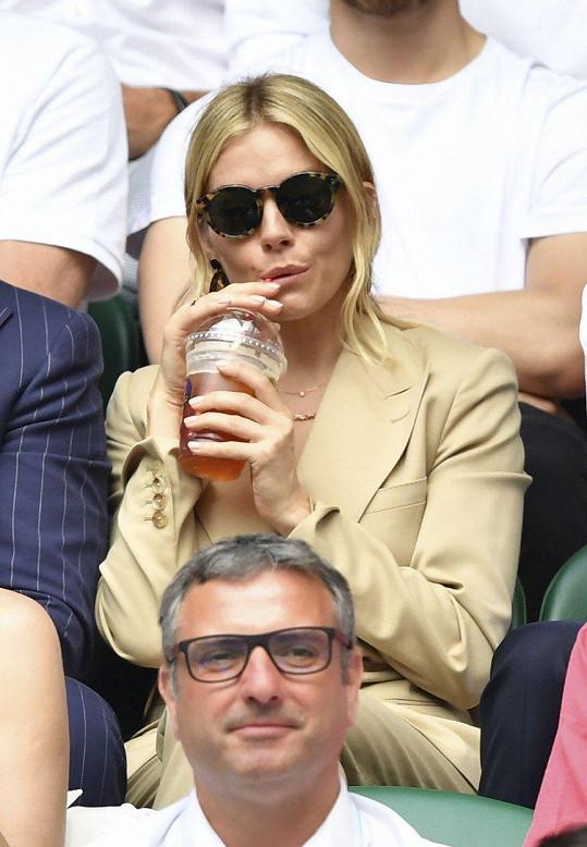 Sienna Miller byla i v brýlích poměrně nápadná.
