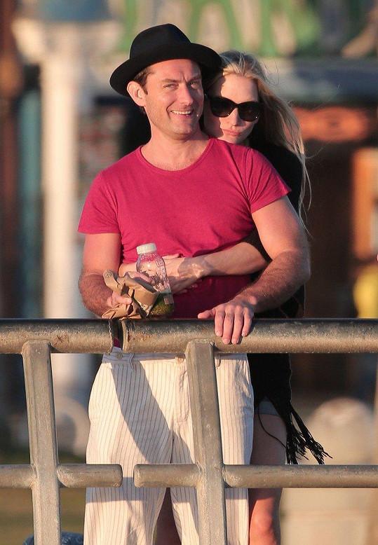 Jude Law se podruhé oženil, jeho vyvolenou je psycholožka Phillipa.