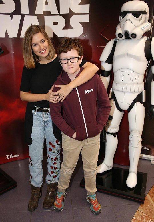 Emma Smetana s nevlastním bratrem v kině
