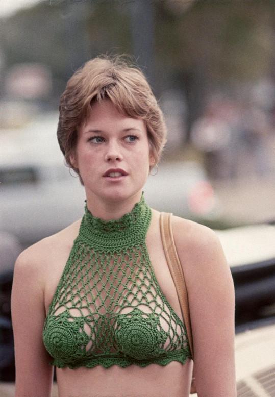 V roce 1975 vyrazila jako nadějná filmová adeptka jen v tomto háčkovaném topu.