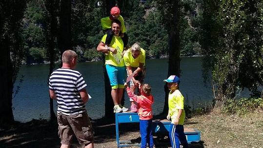 Ti jí a trenérovi Danielu Reslovi předali cenu pro vítěze.