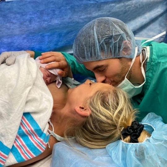 Svou dcerku Mary ukázali světu na fotkách z porodnice.