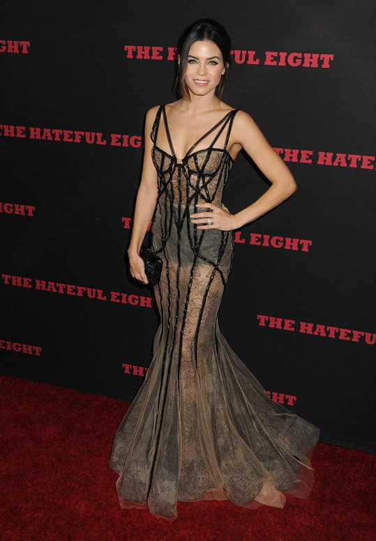 Jenna Dewan zvolila odvážné šaty.