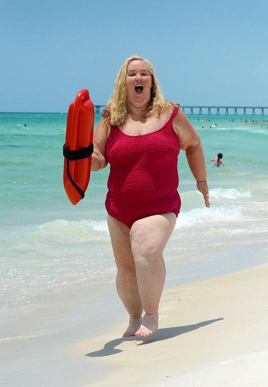 June Shannon loni, když pózovala pro snímky á la Pobřežní hlídka.