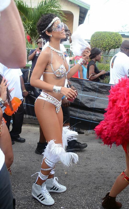 Zpěvačka zkombinovala odvážný karnevalový kostým s teniskami.