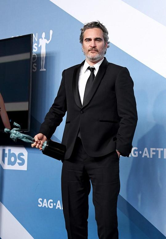 Joaquin Phoenix přidal do sbírky také cenu z galavečera Screen Actors Guild. Bude i Oscar?