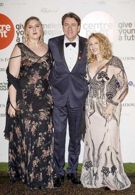 S otcem, známým britským moderátorem Jonathanem Rossem, a matkou Jane Goldmanovou