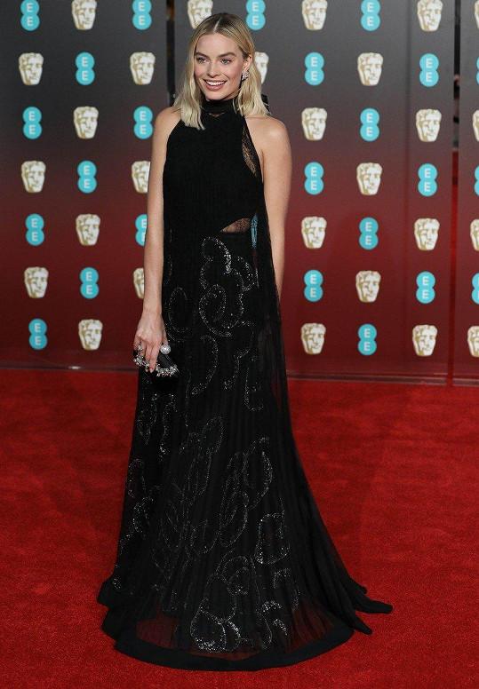 Australská herečka Margot Robbie ohromovala v šifónové róbě Givenchy s krajkovým živůtkem a sukní posetou flitry.