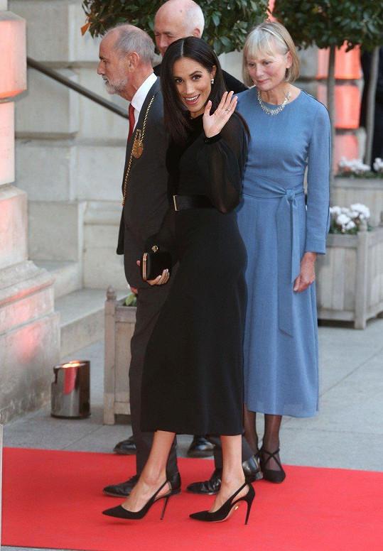O den později (25. září) na gala akci do Královské akademie umění oblékla černé šaty Givenchy, které přepásala páskem, jenž případně odvedl pozornost od bříška, i když tehdy ještě téměř plochého.