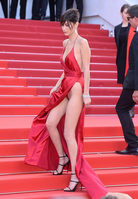 Schody byly v Cannes tentokrát nějak zrádné, své o tom věděla i Helen Mirren, která na nich upadla.