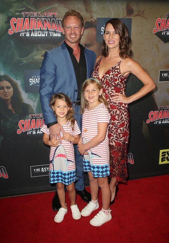Ian Ziering s rodinou na premiéře filmu Žralokonádo
