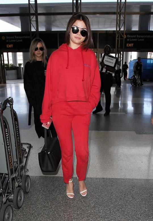 Selena Gomez je ženou, která se odváží k teplákovce obout páskové sandály.