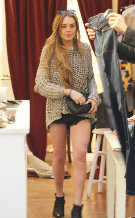 Lindsay si vybírala v butiku nové oblečení.