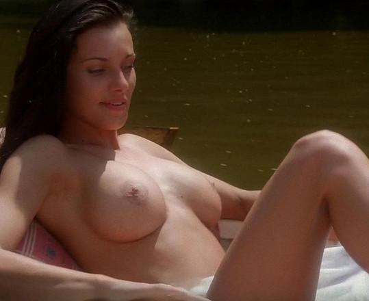 Alice Bendová se nahoře bez poprvé objevila ve filmu Báječná léta pod psa.