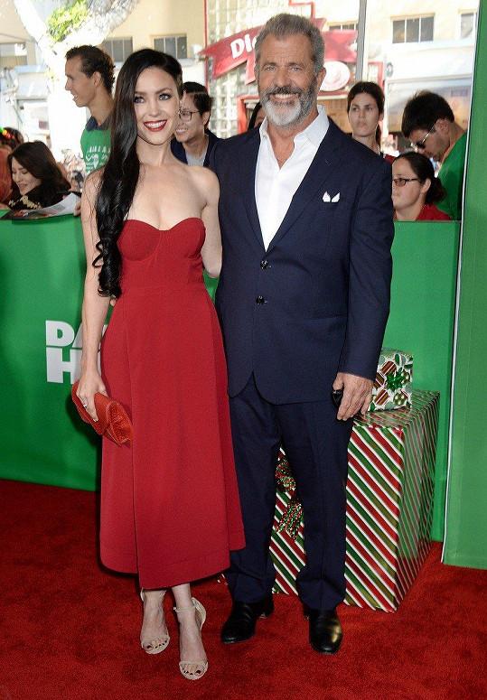 Mel Gibson a Rosalind Ross tvoří krásný pár.