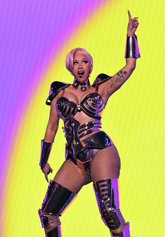 Na pódiu ji podpořila Cardi B.