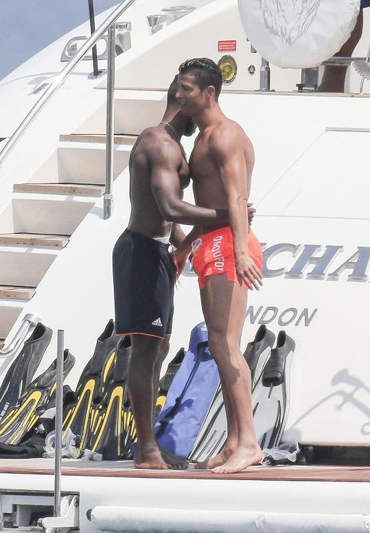 Cristiana Ronalda na jachtě objímal jeden z kamarádů.