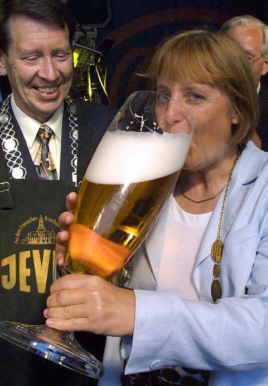 Angela Merkelová s obří sklenicí piva na jednom z letních festivalů