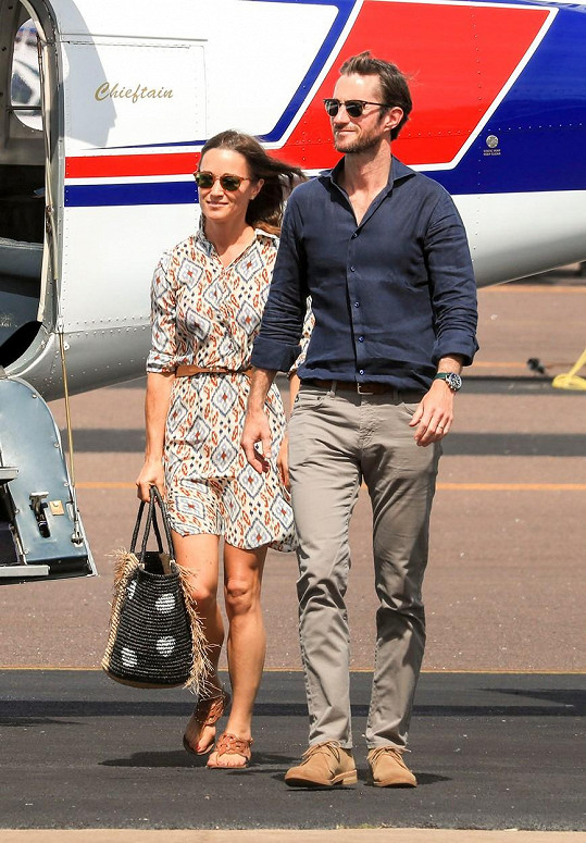 Všimli jste si na fotkách tohoto slavného páru něčeho nového? Ano, tentokrát se usmívá i manžel Pippy James.