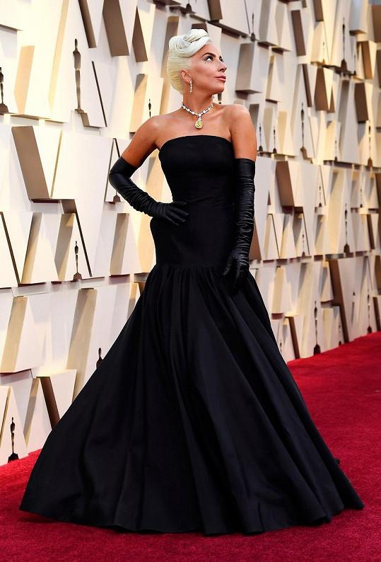Lady Gaga vzdala hold hollywoodské legendě Audrey Hepburn v naprosto skvostné róbě sošného střihu Alexander McQueen. Stylová ikona oslnila náhrdelníkem s legendárním žlutým diamantem nevyčíslitelné hodnoty Tiffany Diamond o váze neskutečných 128,54 karátů.