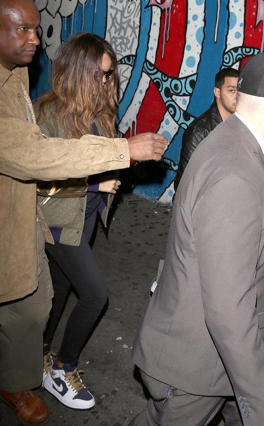 Rihanna přichází do klubu v doprovodu bodyguardů.