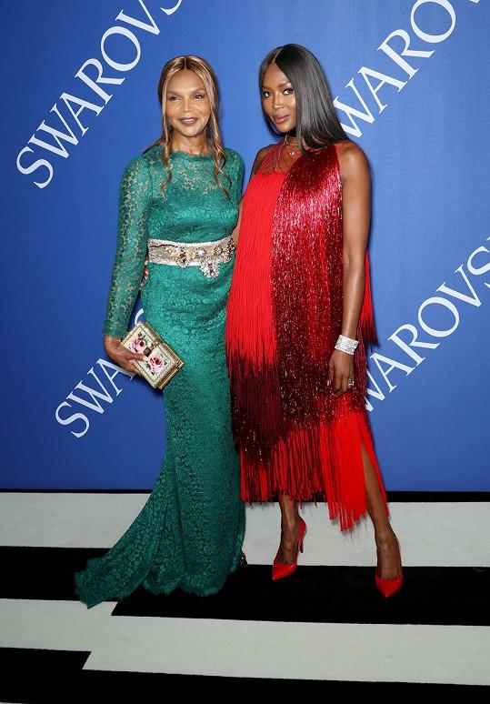 Naomi a Valerie spolu často vyrážejí do společnosti.