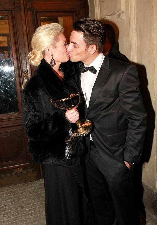 Když Lucie v roce 2013 dostala TýTý, Michal ji odměnil polibkem.
