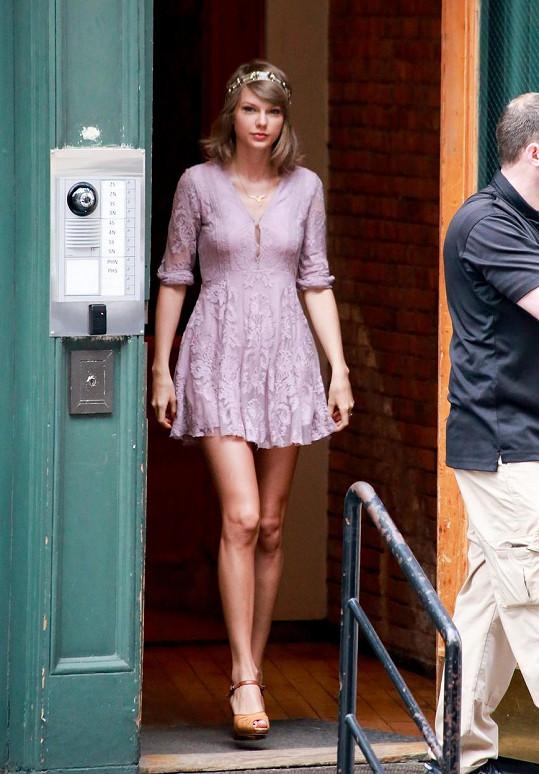 Taylor Swift vychází z domu, kde pořídila lukrativní nemovitost.