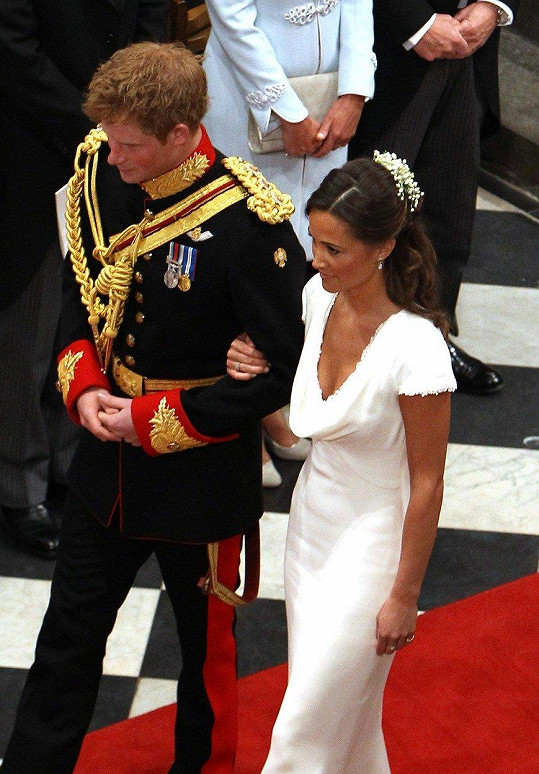 Princ Harry a sestra jeho švagrové Pippa Middleton na svatbě jeho bratra Williama a Catherine Middleton ve Westminsterském opatství v Londýně, 29. dubna 2011.
