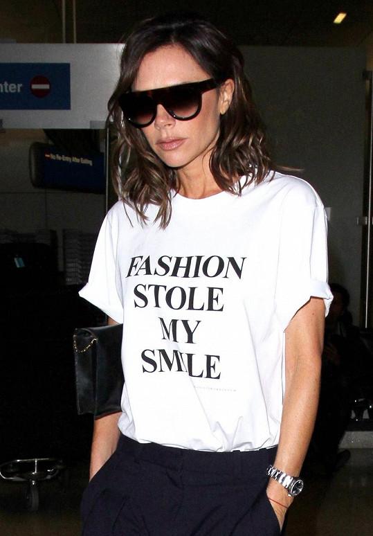 Na tričku vlastní značky má napsané: Móda mi ukradla úsměv.