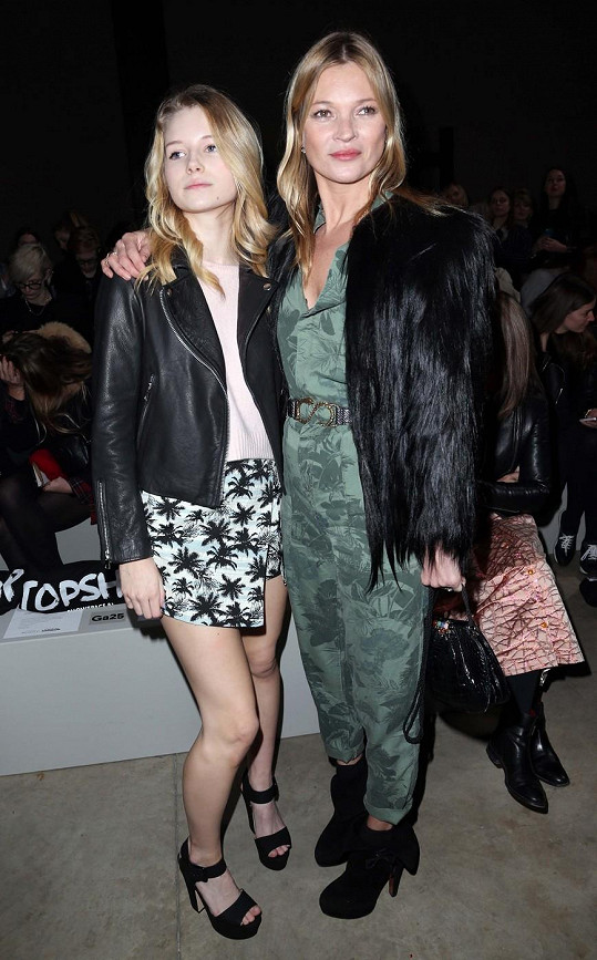 Kate Moss a její teprve šestnáctiletá sestra