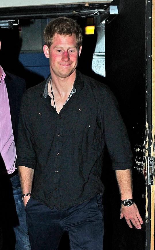 Harry o víkendu vyrazil s bratrem a přáteli do baru Tonteria.