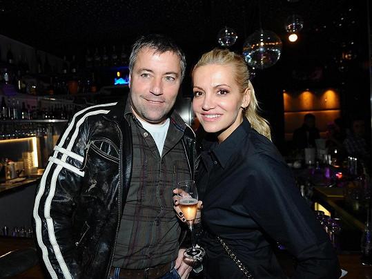 Dara Rolins s lékařem Pavlem Bočkem a nezbytnou sklenkou šampaňského.
