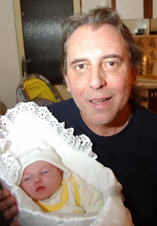 Víťa Vávra v době, kdy se mu narodila dcera. Tehdy mu bylo padesát.