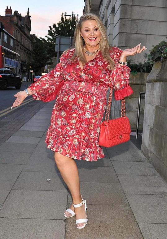 Deborah Davies působí v Británii jako známé médium.
