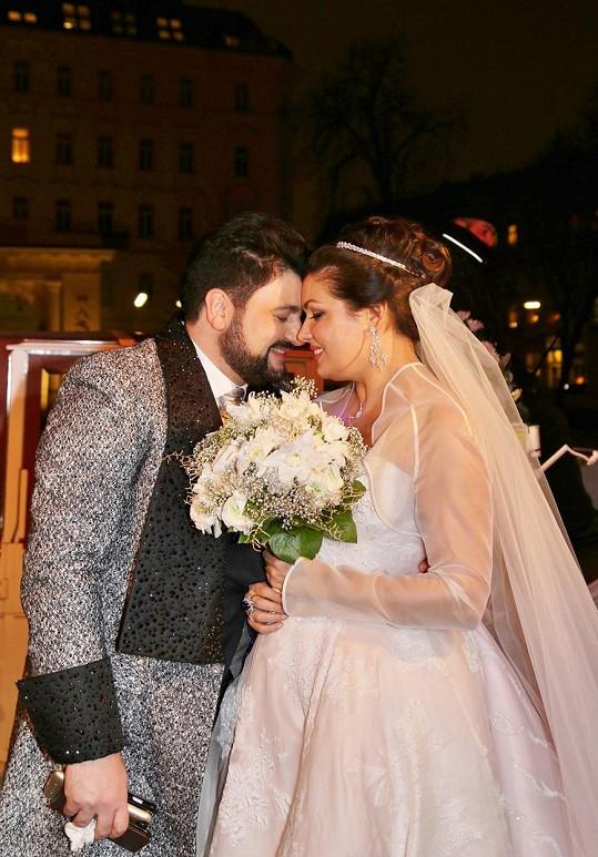 Novomanželé prožívají lásku jako z milostné opery.