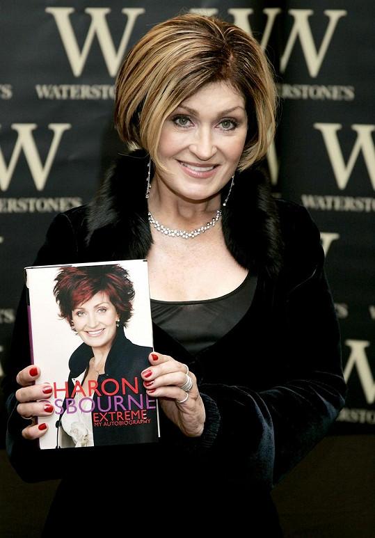 Jeden čas nosila Osbourne světlejší odstín, ale brzy se vrátila zpět k tmavším vlasům.