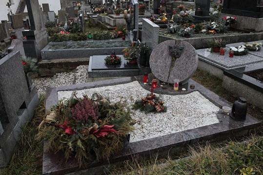 V Malenicích spočívají i ostatky manžela Jiráskové Jiřího Pleskota.