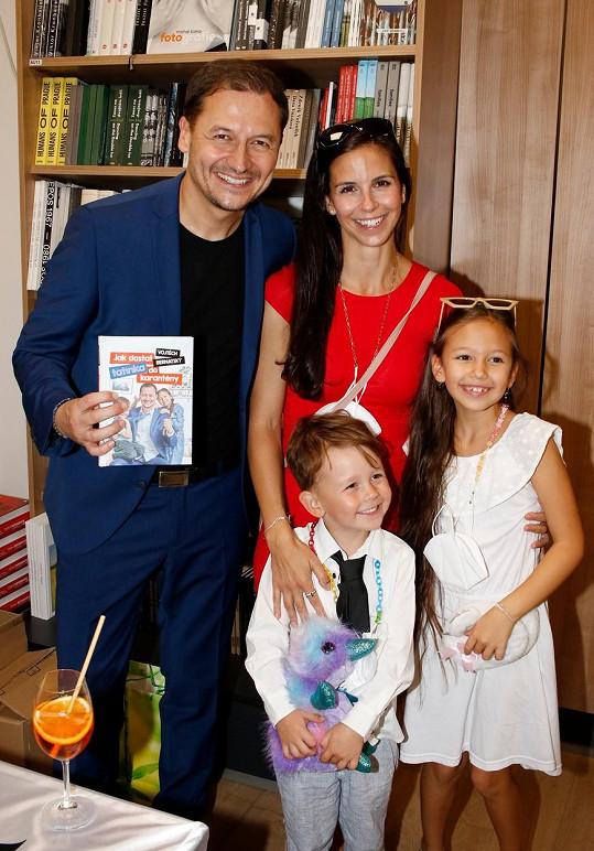 Moderátor se svou krásnou rodinkou
