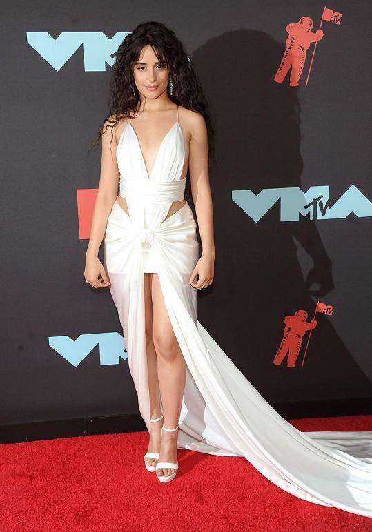 Camile Cabello to v šatech s průstřihy velmi slušelo.