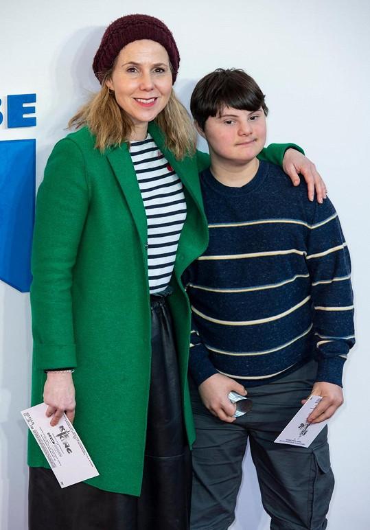 Sally Phillips se synem Oliverem, který má Downův syndrom.