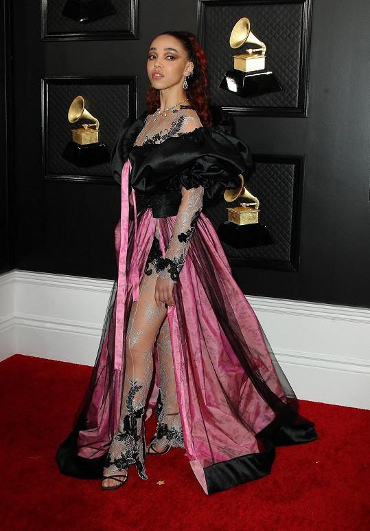 V takovém modelu mohla dělat parádu nějaká milovnice gothic stylu na maturitním plese v roce 1994. Proč takové šaty vidíme na FKA twigs na udílení světově sledovaných hudebních cen?