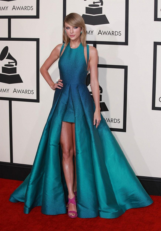 Taylor Swift oblékla architektonicky řešený model Elieho Saaba. Netradiční modrozelenou barvu vtipně roztříštila růžovými střevíci.