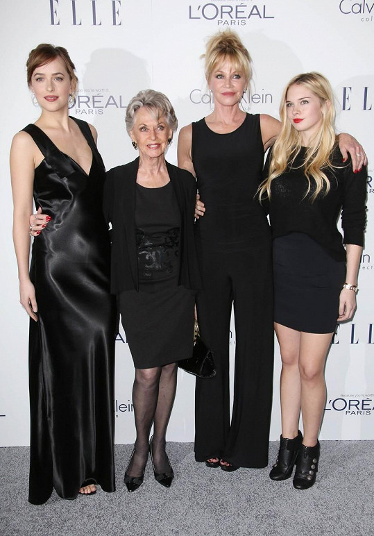 Dakota Johnson, Tippi Hedren, Melanie Griffith a Stella Banderas se sladily do černé.